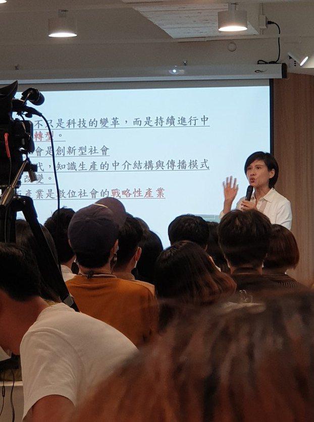 鄭麗君參加「出版人小聚」活動,與上百位出版人共聚一堂。記者陳宛茜/攝影