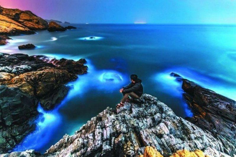 連江縣政府近年也主打西莒島觀光,邀請大家來觀賞馬祖藍眼淚+方塊海相會形成的格子藍奇景。圖/連江縣政府提供