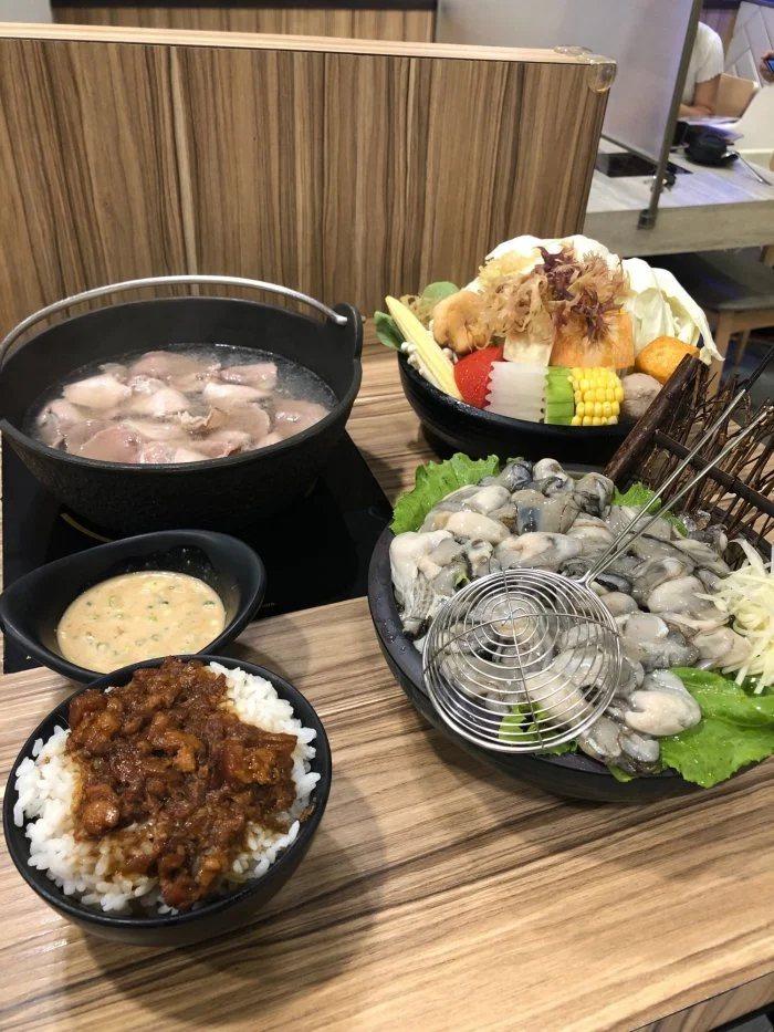 網友分享新北新莊一間火鍋店的蚵仔鍋,竟給30幾顆大蚵仔。圖擷自Dcard