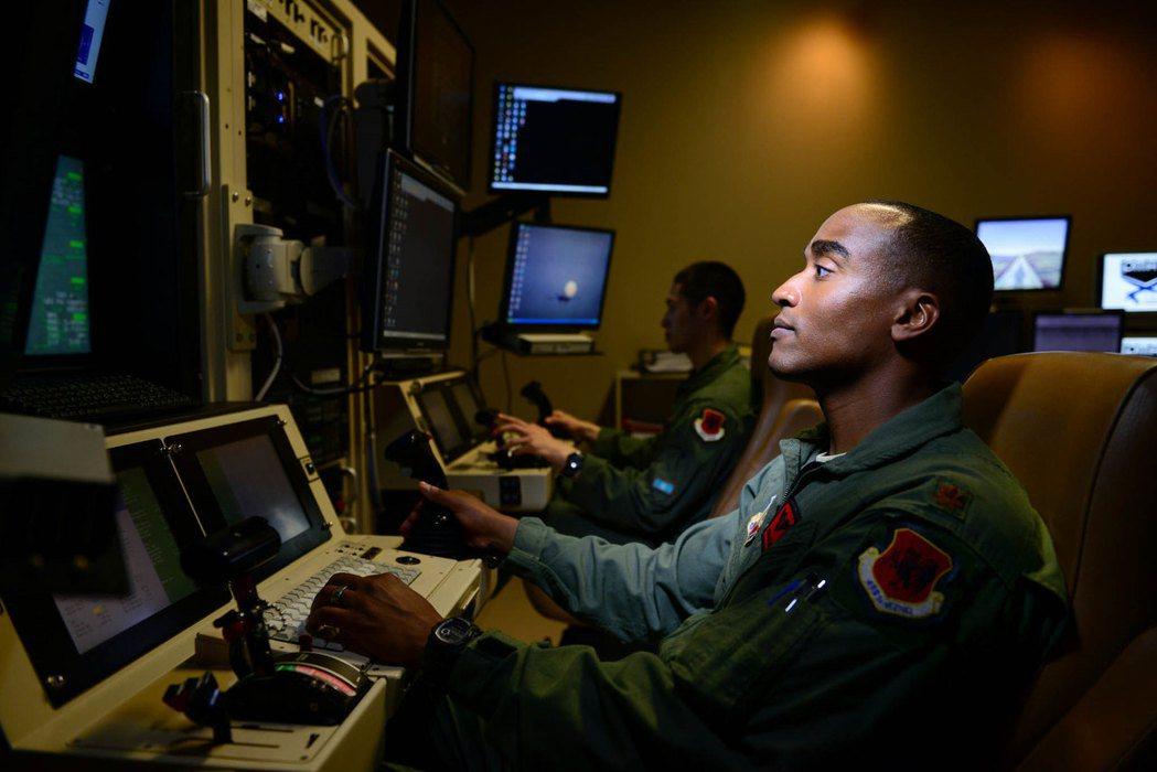 正在操作MQ-9無人機的美國空軍人員。 圖/美國空軍