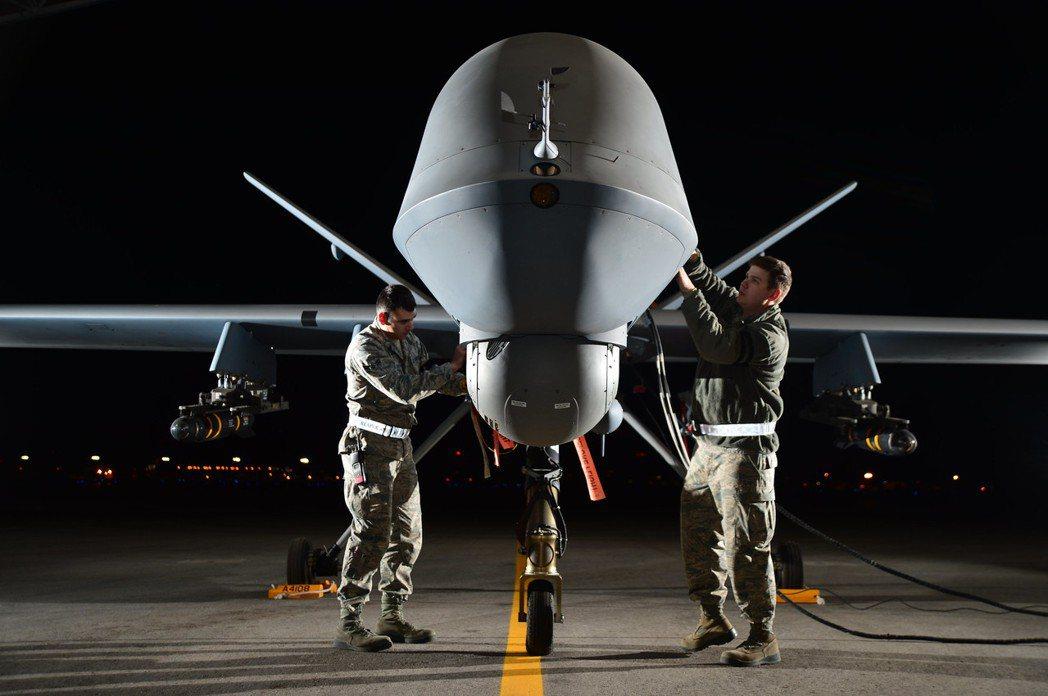 正在整備準備執行夜間任務的RQ-9無人機。 圖/美國空軍