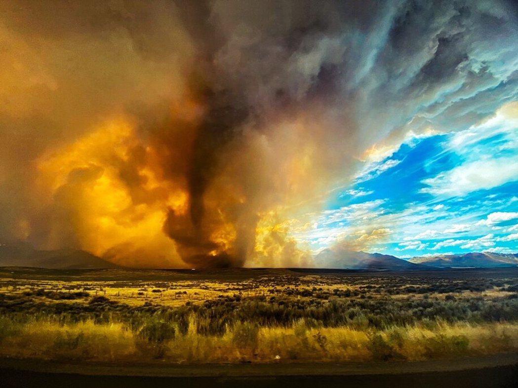 野火季節的威力,可能才正要發威。圖為15日加州野火燒連天。 圖/美聯社
