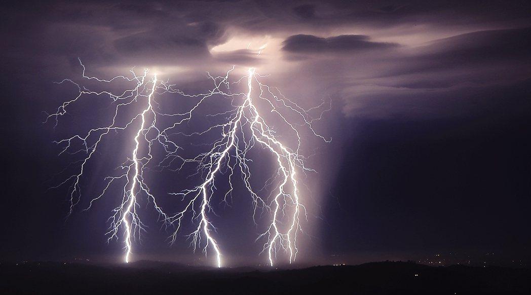 過去72小時內,加州全境就出現了1萬1,000多次的「乾雷暴」連擊,並因此追加引...