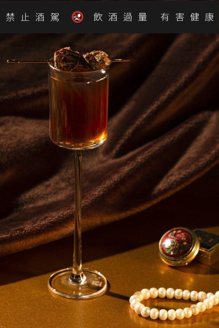 翻玩經典調酒的「阿嬤盤尼西林」,用調酒帶出阿嬤的復古優雅氣味。圖 / 當吧提供。