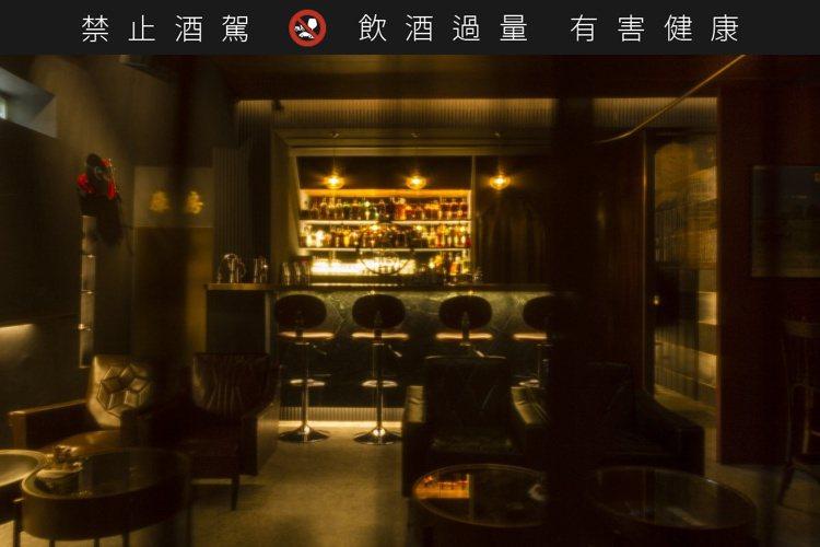 融入老上海和台式調性,「當吧」的空間內從沙發桌椅到牆上掛飾都充滿古早情懷。圖 /...