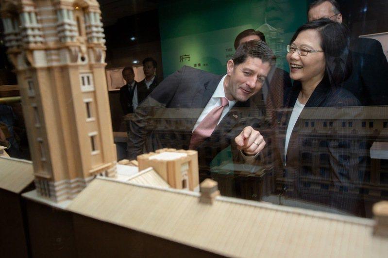 2019年為台灣關係法立法40周年,美方由前任眾院議長萊恩率團訪台。圖為萊恩當時在一項活動中與蔡英文總統互動。美聯社 UCD匯入