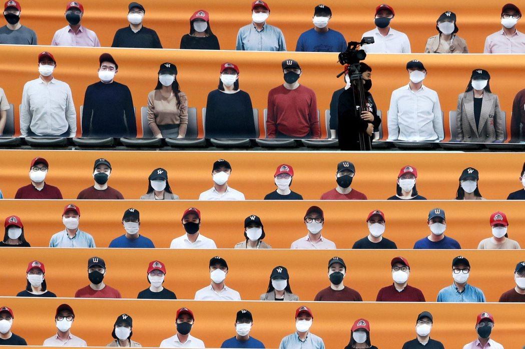 連日來,南韓的確診數都呈現3位數、逼近3百成長,關愛第一教會與極右派的脫序行徑,...