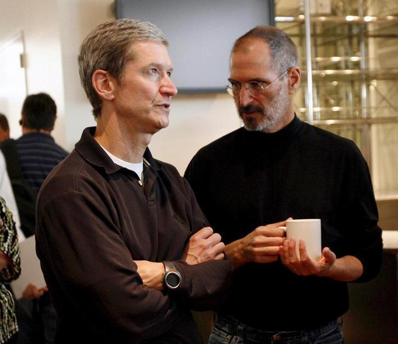 賈伯斯(右)最終選中庫克(左)擔任繼任者。歐新社