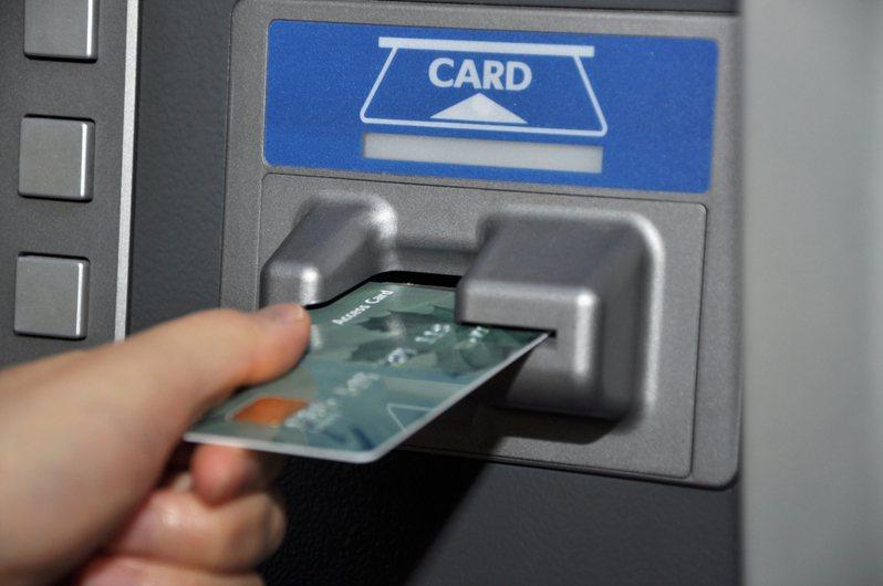 19歲男學生嫌自己只有郵局提款卡「很丟臉」,讓不少網友相當傻眼。圖片來源/ingimage