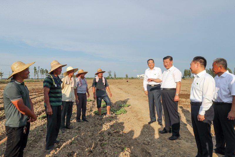 「誰來種地」早已是中國重大社會民生問題癥結。圖為8月18日,習近平在安徽考察調研。 圖/新華社