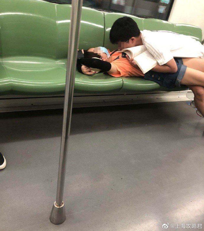 一對情侶在上海地鐵車廂內曬恩愛,不料行徑愈發誇張,男方最後甚至趴在女友身上、臉甚至疑似埋進女方胸部。 圖擷自上海攻略君微博