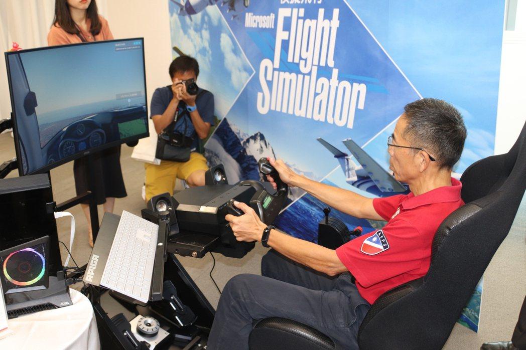 前空軍資深飛官劉守仁實地操作為了模擬飛行打造的專業控制器,此為基本款,約在1萬元...