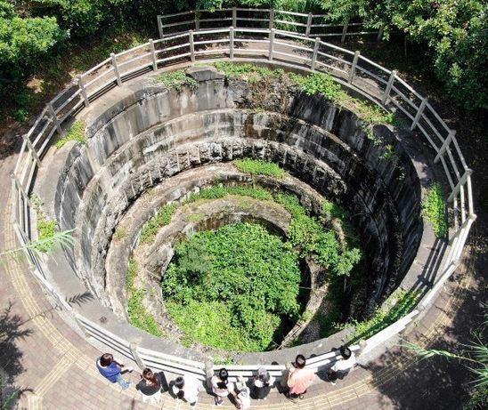圖為俯瞰黑崎砲台遺址的觀光客。圖/朝日新聞中文網提供