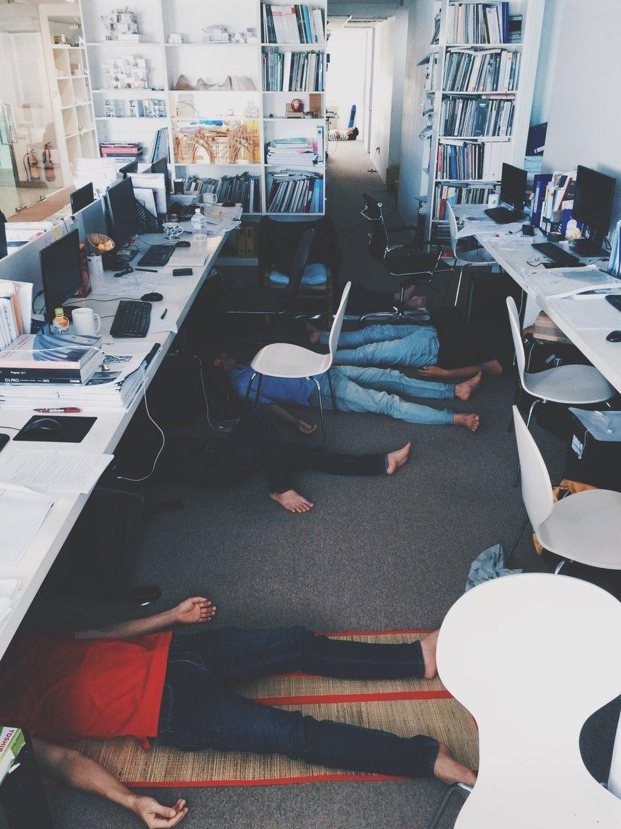 一名在越南工作的日本人,分享越南同事的午睡照片,神奇景象讓他驚呼「以為來到野戰醫...