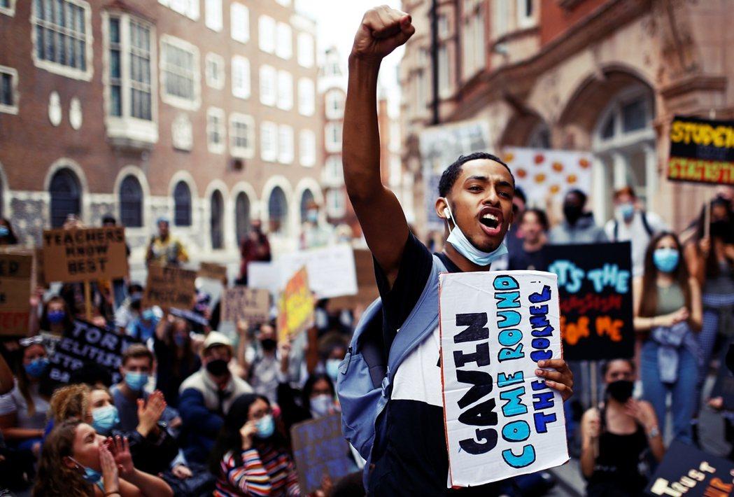 過去一周,英國「A-Level之亂」引爆師生與家長抗議。圖為16日,在倫敦的學生...