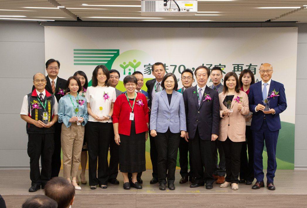 頒獎完畢後,總統蔡英文與13家愛心企業合影留念。