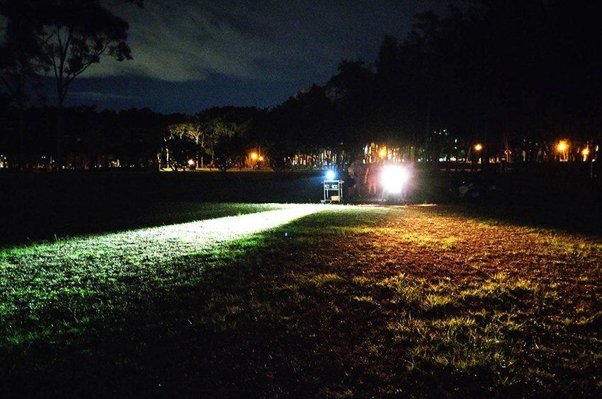 中大研發的自行車車頭燈亮度和電動機車對照,可發現其暗區和亮度的照度,形成明顯差異...