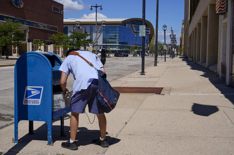 川普總統連續數周強力批評美國郵局。 美聯社