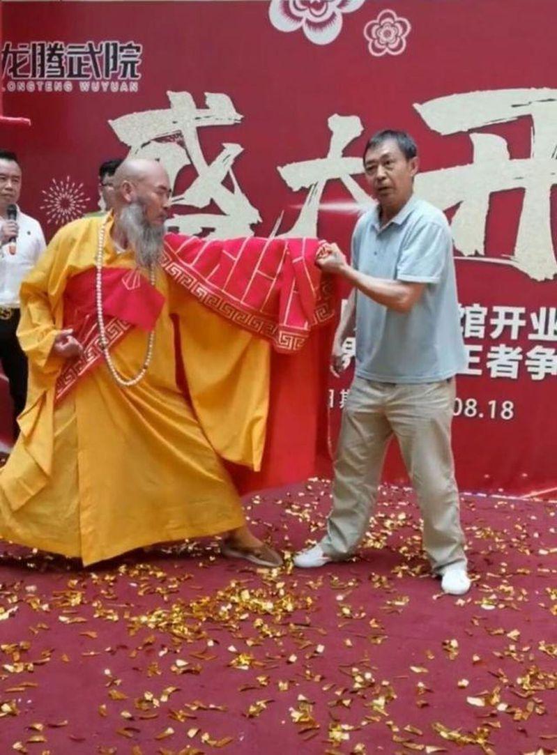 「渾元形意太極門」掌門人馬保國(右)重出江湖,和少林大師一同展示絕招「接化發」。 圖/取自微博
