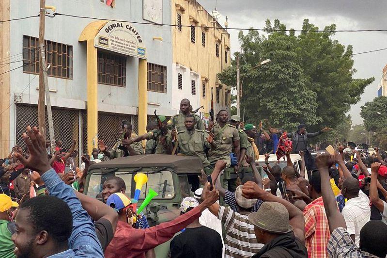 西非國家馬利十八日驚傳政變,總統與總理均遭叛軍逮捕,圖為叛軍士兵在首都巴馬科獨立廣場上慶祝畫面。圖/法新社