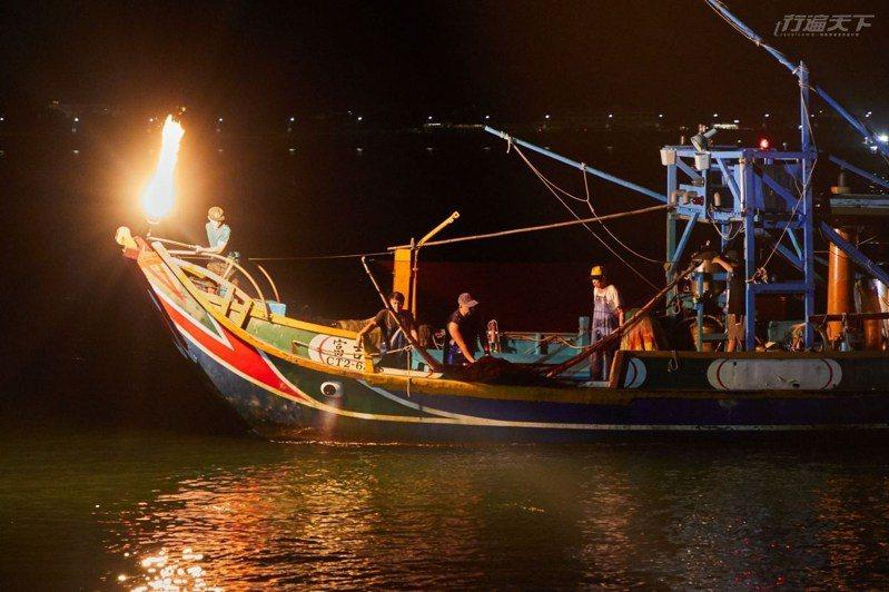磺港的蹦火仔是現在全世界僅有傳統磺火捕魚技法,每年5到9月,海湧魚群撲火綴船,如星光點點閃耀的奇觀震撼人心。