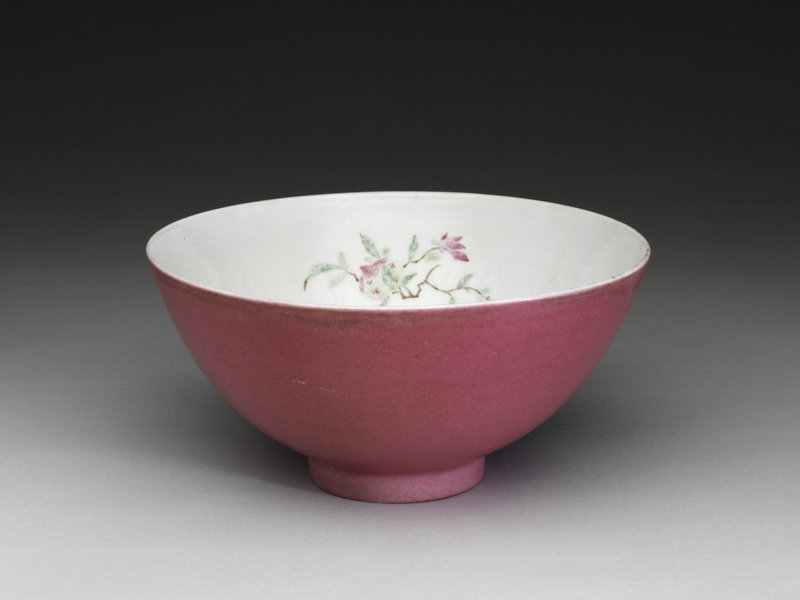清康熙胭脂紅彩花果碗,是康熙皇喜歡的紅唇色。圖/故宮提供