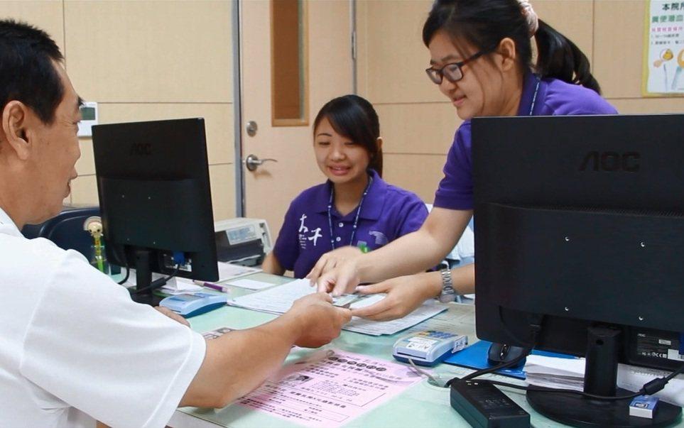 林裕鈞醫師鼓勵民眾定期接受糞便潛血檢查及大腸鏡檢查,確保能及時查覺大腸癌的發生,...