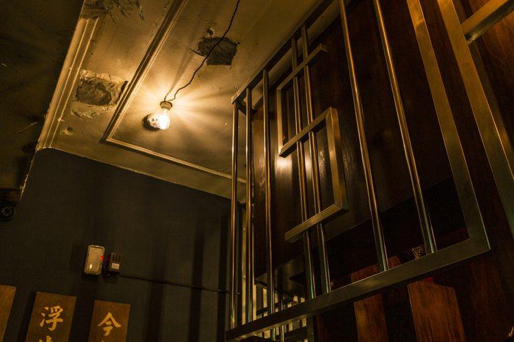 昏黃的空間和鐵窗,保留當舖的神秘感,並在細節作出逗趣變化,例如窗上的金錢符號。圖...