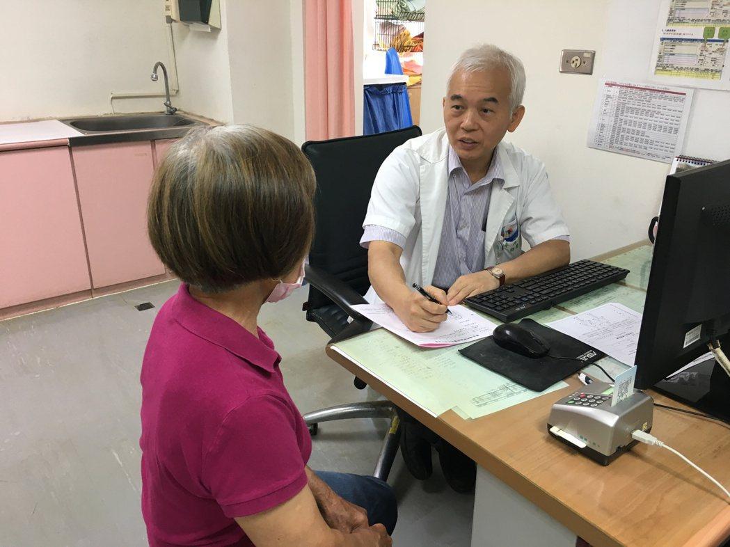 南投醫院泌尿科醫師李昇平提醒夏天要多喝水,預防尿路結石。圖/南投醫院提供