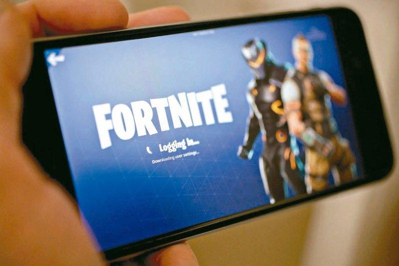 一些民眾將已經裝有要塞英雄App的iPhone手機拿到拍賣網上eBay上出售,喊價甚至高達1萬美元。(圖/彭博資訊)