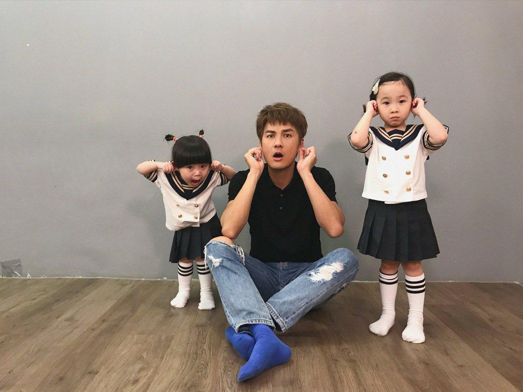 吳克群(中)化身YouTuber「群哥」推出節目,邀來乾女兒錢錢(右)、米米合作...
