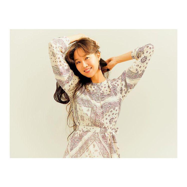 孔曉振以個人的慵懶自在詮釋Thursday Island秋冬洋裝。圖/取自IG