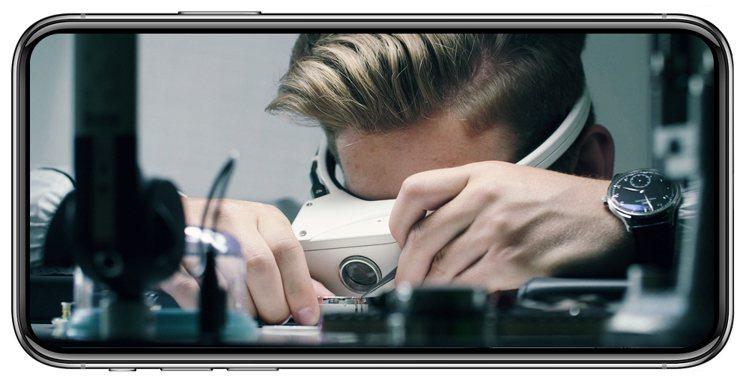 特別研發的製表師放大鏡內置攝影機與網絡,可讓訪客將製表師眼中所見景象傳輸到螢幕上...