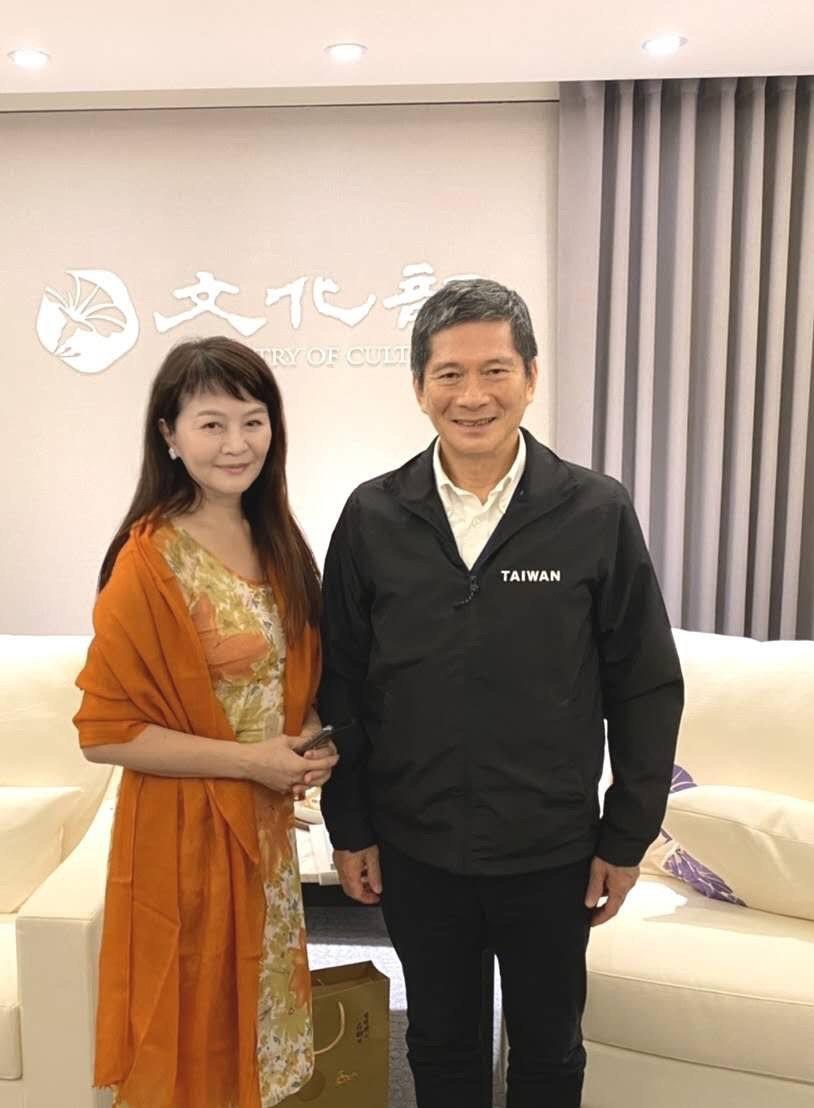 程秀瑛(左)與文化部長李永得相見歡。圖/程秀瑛提供