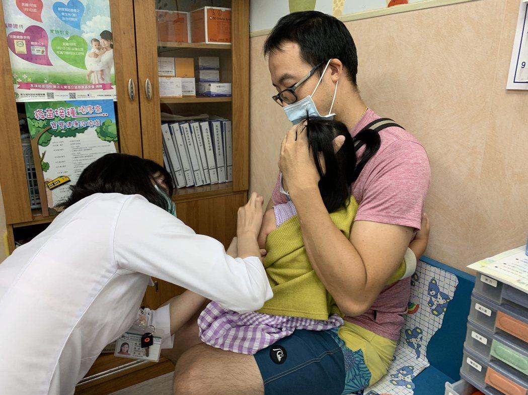 醫師建議,家長應按時帶孩子到醫療院所施打疫苗,才能有保護力。圖/門諾醫院提供