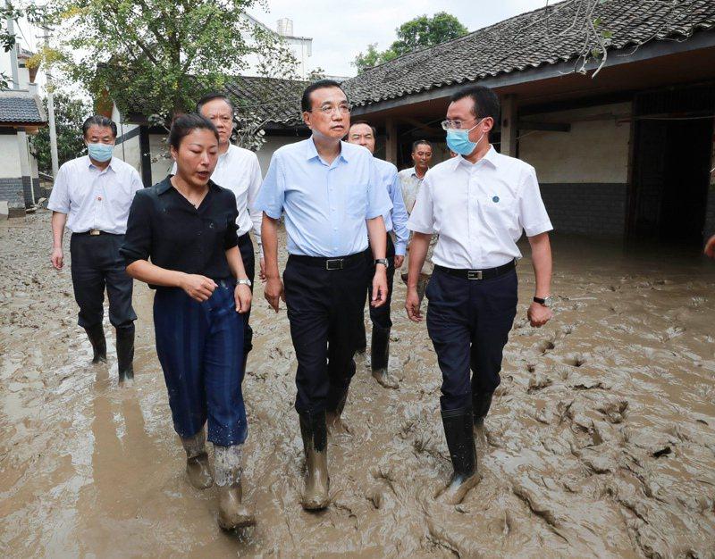 大陸國務院總理李克強20日上午11時許搭機飛抵重慶視察災情。(取自中國政府網)