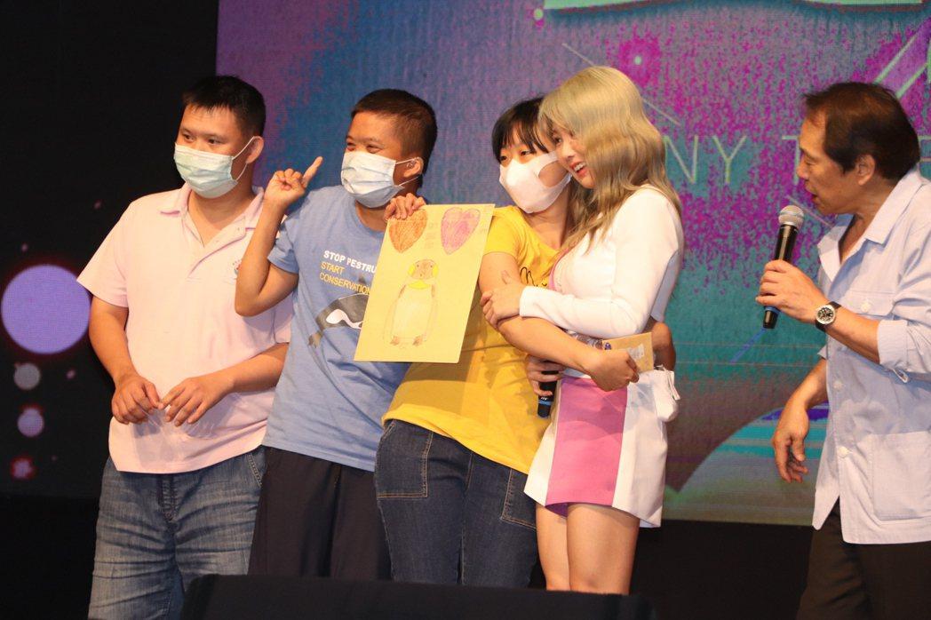 熱情的身心障礙病友獻上大卡片,瑤瑤則暖心地回送「愛的抱抱」。記者吳亮賢/攝影