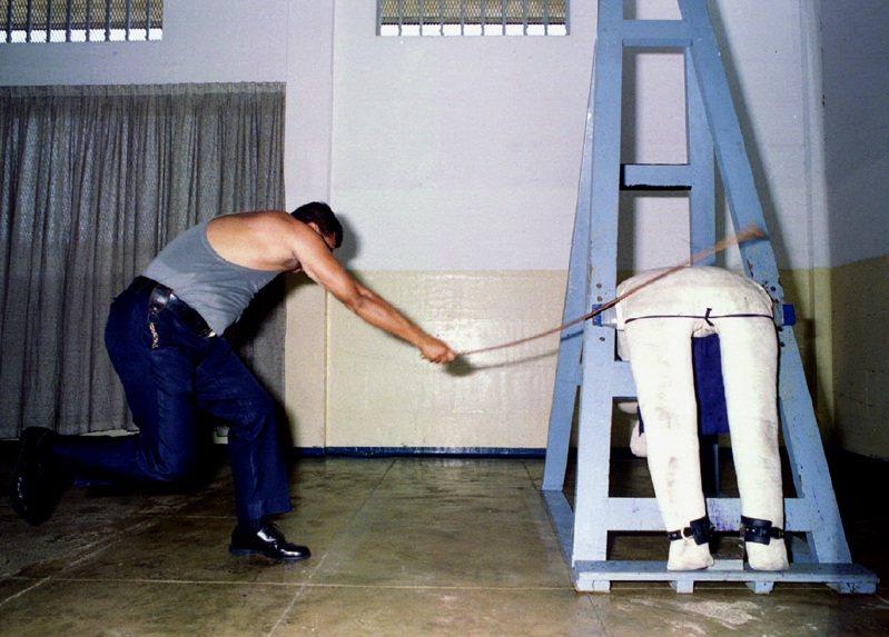 新加坡樟宜監獄示範鞭刑。有受刑人指感覺「仿佛被紅螞蟻咬傷」、「一生中最痛苦的經驗」,一個挨過10鞭的犯人在受訪時曾說「那種疼痛無法形容」。路透
