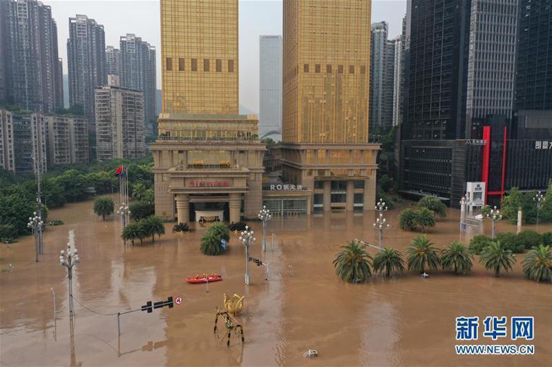 長江洪峰過境重慶,多處低地勢街道被淹。圖/取自新華網