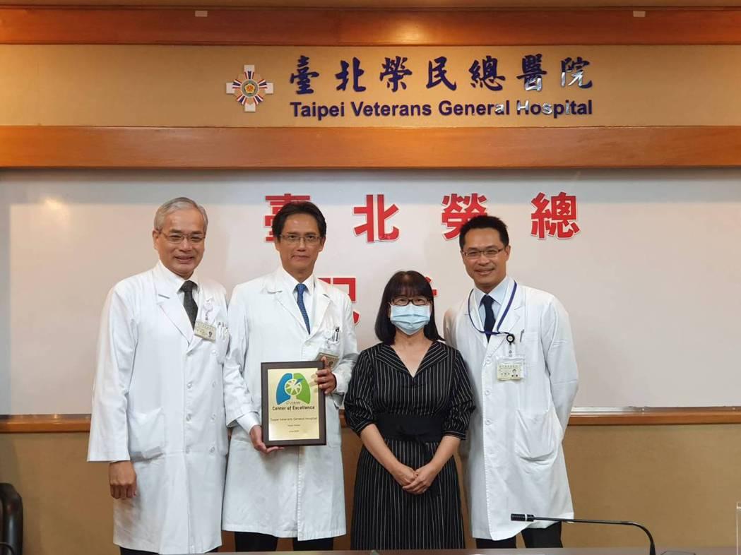 葉女士(右二)與北榮胸腔外科團隊合影,左起副院長陳威明、胸腔外科主任許瀚水、胸腔...