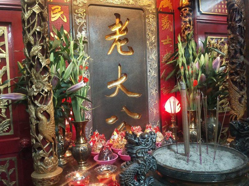 農曆七月稱鬼月,中元祭系列活動為期一個月,有各種科儀祭拜儀式。圖為基隆老大公廟鬼門開,記者游明煌/攝影