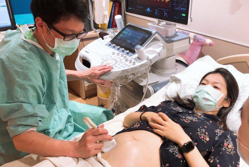 台北長庚醫院產科主任蕭勝文呼籲,孕婦在懷孕11周到13周施行第一孕期唐氏症篩檢時,可一併篩檢子癲前症。圖/長庚醫院提供