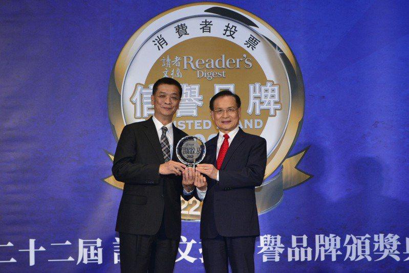 台灣日立江森自控空調設備販賣公司總經理羅淮正(左)代表接受商業發展研究院董事長許添財頒予空調類最高榮譽白金獎。圖/日立冷氣提供