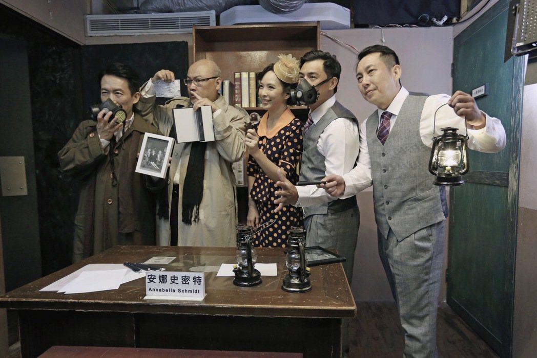 郭子乾(左起)、劉亮佐、天心、竇智孔、屈中恆體驗玩密室逃脫遊戲。圖/果陀提供