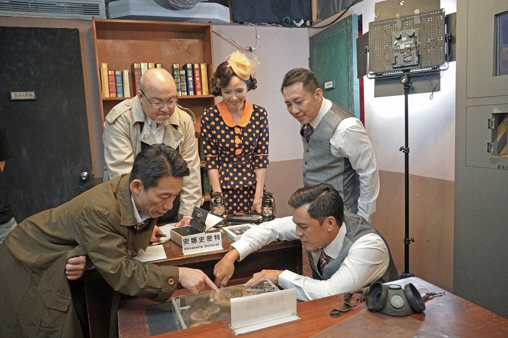 劉亮佐(後左起)、天心、屈中恆、郭子乾(前左起)、竇智孔體驗玩密室逃脫遊戲。圖/...