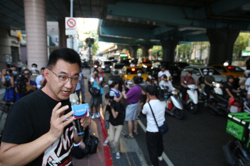 國民黨主席江啟臣下午在台北市大安區復興南路、信義路口啟動「還我公投」街頭第一場演講並展開連署,力拚明年公投併大選,還權於民。記者曾吉松/攝影