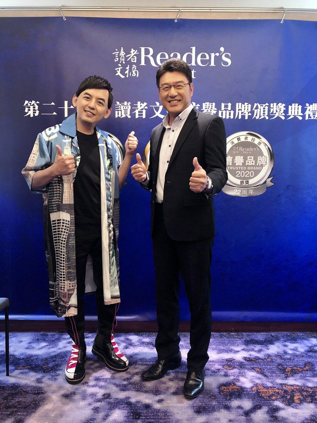 黃子佼(左)、謝震武多年來蟬連最受信賴獎。圖/讀者文摘提供