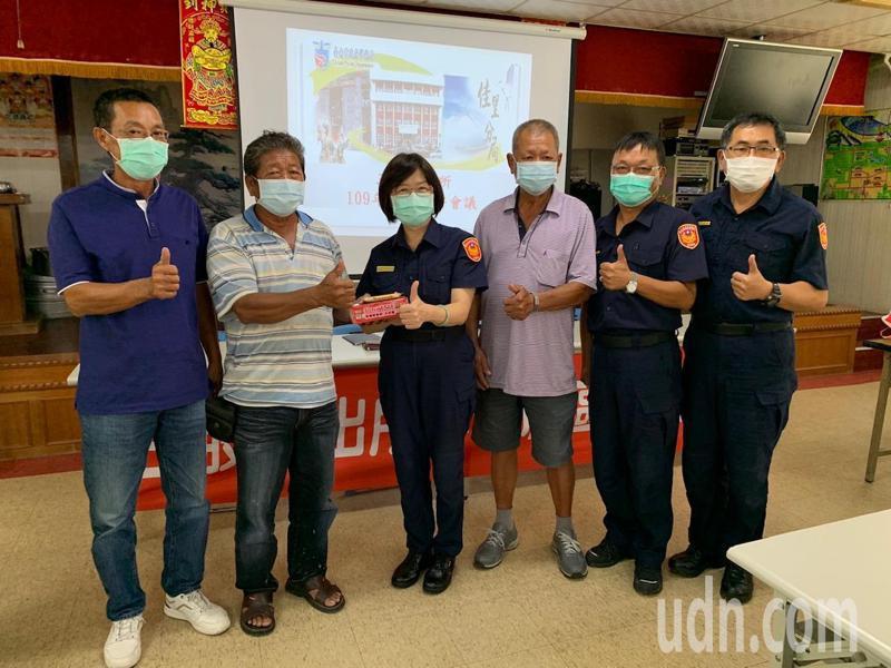 台南市佳里警分局長斯儀仙(左三)出席三股社區治安會議,與居民交流意見。記者吳淑玲/翻攝