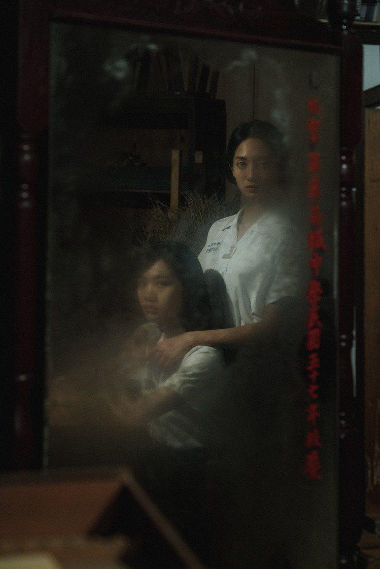 「返校」影集公布韓寧(右)飾演學姊方芮欣,李玲葦飾演學妹劉芸香。圖/公視提供