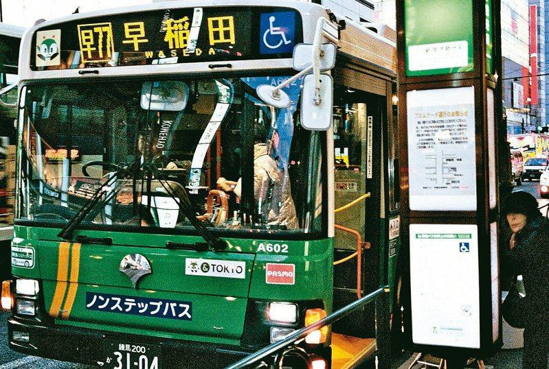 自由が丘路邊站牌,一班往早稻田的公車。文‧照片提供/蕭詒徽